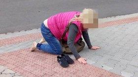 """Totálně opilá žena budila pohoršení v Plzni: Válela se po chodníku a """"blekotala"""" nesmysly"""