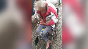 Opilec v Plzni padal z invalidního vozíku: Kvůli chlastu ho vyhodili i z léčebny