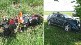 Opilý řidič srazil motorkáře a pak narazil do stromu: 5 zraněných skončilo v nemocnici