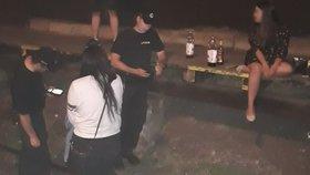 Víno, pivo, extáze: Deváťáci slavili konec školy, bujarý večírek ukončili policisté