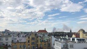 Prahu vyděsil obří dým: V Úněticích vzplálo pole, požárníci ho hasili dvě hodiny