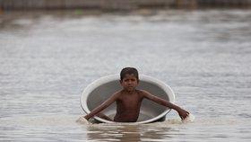 Přes 130 mrtvých a miliony lidí na útěku. Nepál a Indii devastují povodně a sesuvy půdy