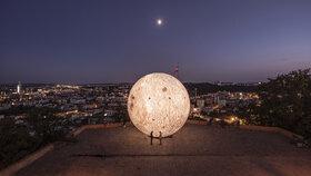 Tohle nikde neuvidíte! Brno představilo největší model Měsíce v Evropě, je neuvěřitelně detailní