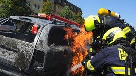 Z hořícího vozu zachránili kabelku, druhý dotlačili mimo plameny. Policisté měli na Barrandově napilno
