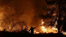 Řecko sužují požáry. Kouř se dostal až do Atén, hasič musel na operaci