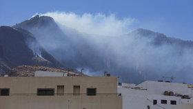 Na Kanárech končí evakuace, nad ohněm ale vyhráno není. Lesy stále doutnají