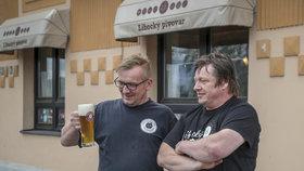 David (48) vaří pivo tam, kde ho poprvé ochutnal. Pomáhá mu v tom bratr i tajemné strašidlo