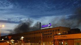 V Lovosicích hoří hala: Dva hasiči se zranili, platí nejvyšší stupeň požárního poplachu