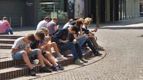 """""""Civí"""" do mobilu a nechodí ani na pivo. Mladí jsou závislí na internetu, varují experti"""