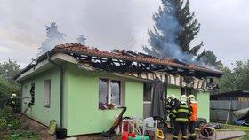 Rodina s dvěma malými dcerkami přišla o všechno! Dům v Měšicích zachvátil ničivý požár