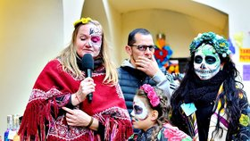 Pestrobarevný oltář nejen pro Karla Gotta. Pražané uctívají Památku zesnulých bujarými oslavami