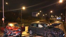 Opilá vjela do protisměru! Dvě zraněné ženy, dvě zdemolovaná auta při nehodě v Libni