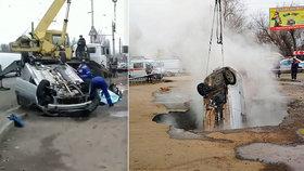 Pod automobilem se propadla silnice: Poškozený horkovod uvařil posádku zaživa