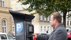 Další změny v Praze 1: Za čelní skla se vrací papírové parkovací karty. Lidé zbytečně volali strážníky