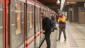 Signál v metru se opět rozšířil. Nově se k internetu připojíte na Andělu a Smíchovském nádraží