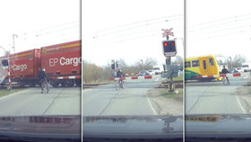 Video, z něhož mrazí: Cyklistu na přejezdu u Hradce Králové o centimetry minul vlak