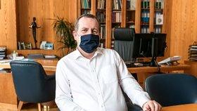 Rektor Univerzity Karlovy píše vládě podrobně: Zatáhněte záchrannou brzdu