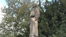 Husovu sochu ve Vinoři vyspraví původním pískovcem. Po ní mají přijít na řadu další