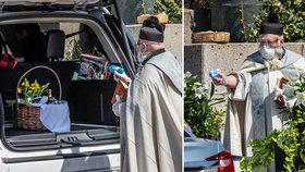 Potrhlý kněz se stal hitem internetu: Na věřící stříká svěcenou vodu z dětské vodní pistolky