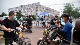 Virus se šířil další čínskou tržnicí. Peking uzavřel část města i školy a školky