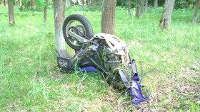 Tragédie na Vsetínsku: Motorkář zemřel po srážce s autem, spolujezdkyně se zranila
