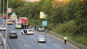 Při hromadné nehodě zemřel policista: Na Chodově ji nejspíš způsobila opilá řidička