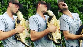 Hloupý nápad mladého rybáře: Snaha políbit želvu se mu vymstila