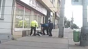 VIDEO: Zloděj se s kradenou kartou rozšoupl. Majitel věděl o každém jeho kroku, takhle ho zadrželi