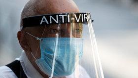 """Pandemie u lidí vyvolává fobii z doteku. """"Prohlubuje i hypochondrii,"""" říká psychiatr"""