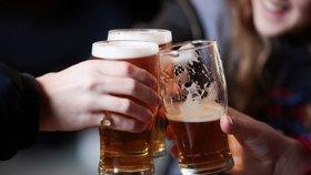 """Zdrcující studie: Mozku škodí i malé množství alkoholu. """"Na zdraví"""" si nedáte ani víno"""