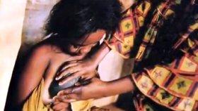 Tisícům školaček žehlí matky prsa horkým kamenem. Ukončí utrpení tělocvikářky?