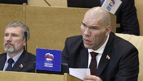 Nestyďte se za chudobu, poradil důchodkyni ruský obr, boxerský milionář a dnes poslanec