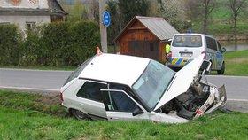 Smrtelná nehoda na Plzeňsku: Řidič sjel s autem do příkopu