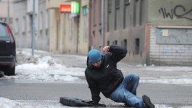 Zemřel po pádu na namrzlém chodníku! Za smrt chodce v Kamýku může úklidová firma, potvrdil soud