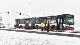 Kalamita na silnicích. Kvůli rannímu sněhu kolabuje pražská příměstská doprava