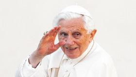 """Emeritní papež Benedikt XVI. bojuje s infekcí obličeje. """"Růže"""" mu znemožňuje i mluvení"""