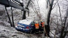 Konec oblevy, řidiče zaskočilo sněžení: Po nehodách jsou zraněné i děti