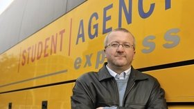 Žluté autobusy zablokují Berlín a Brusel. Jančura se zlobí na dělení dotací