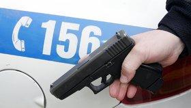 Napadl ženu a schoval se pod auto: Mladík (17) se »šprajcnul«, osobák museli nadzvednout strážníci