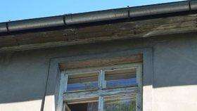 Muž na Příbramsku se těžce zranil, když vypadl z okna domu