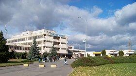 Muž se zabil při rehabilitaci v pražské poliklinice: Zlomil si vaz při skoku do bazénu!