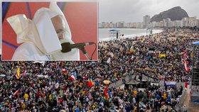 Velkolepá party na pláži: Milion lidí přišlo kvůli papeži, kterého pozlobil vítr!
