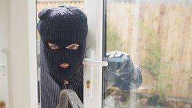 Lotr kradl v domcích a garážích: Sebral lodní motor, masážní pásy, parfém i boty