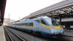 """Mobilní signál ve vlaku """"hapruje"""". Dopravci: Pomohou zesilovače i střešní antény"""