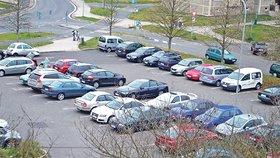 80 míst navíc: Uhříněves plánuje parkoviště za 15 milionů, má mít i nabíjení pro elektromobily