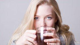 Už dva ovocné čaje denně ničí zuby. Pijte je brčkem, radí experti