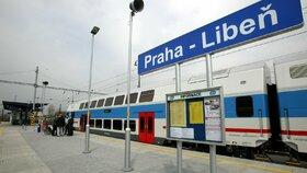 Muž (†33) zemřel po střetu s vlakem v Libni. Nehoda omezila provoz na trati, vlaky nabíraly zpoždění