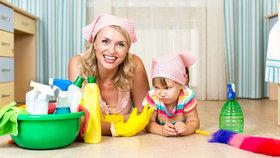 Děti a domácí práce: Kdy je čas, aby začaly mýt nádobí a uklízet si hračky?