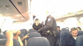 Pozor na alkohol v letadle: Opilým Britům hrozí pokuta až 670 tisíc korun