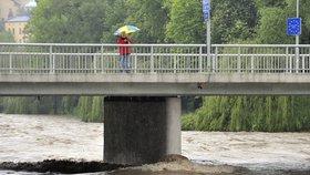 Řeky se vylévají z koryt: Na Liberecku platí extrémní stupeň nebezpečí